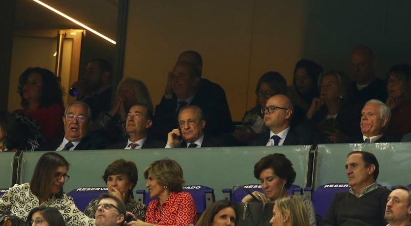 逃不掉,弗洛伦蒂诺看皇马篮球赛,仍有球迷喊穆里尼奥
