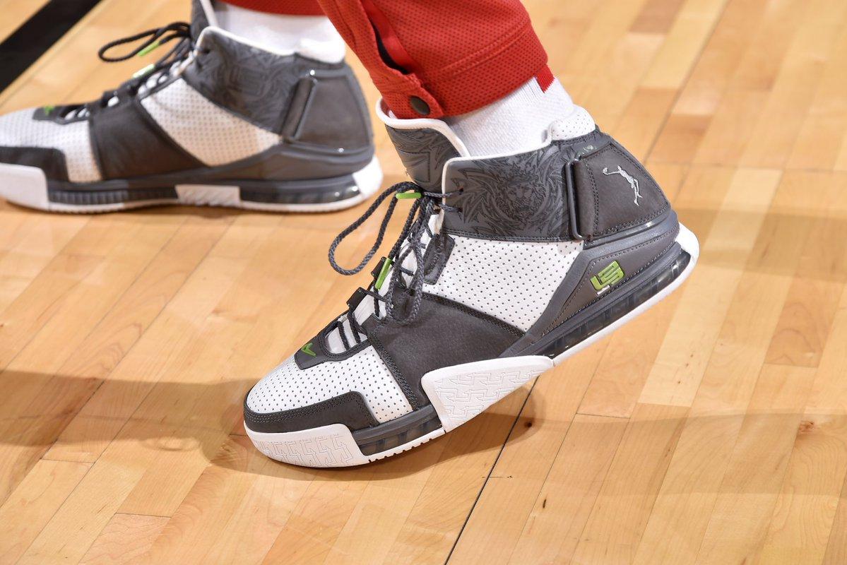 今日常规赛上脚球鞋一览:塔克上脚LeBron 2