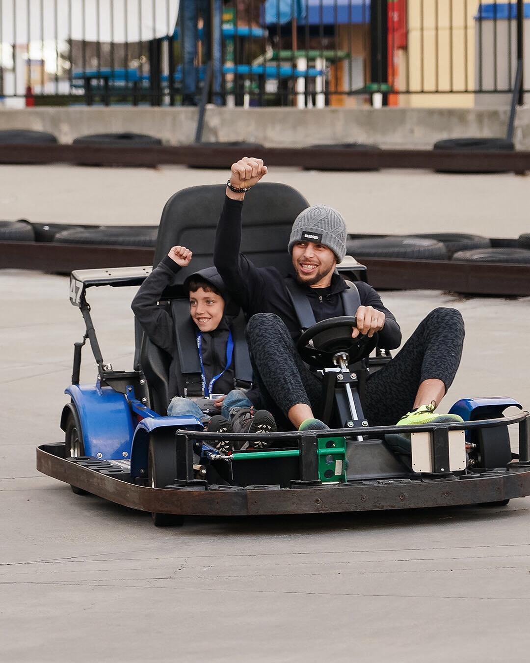 游乐场之王!库里与小球迷一起玩卡丁车