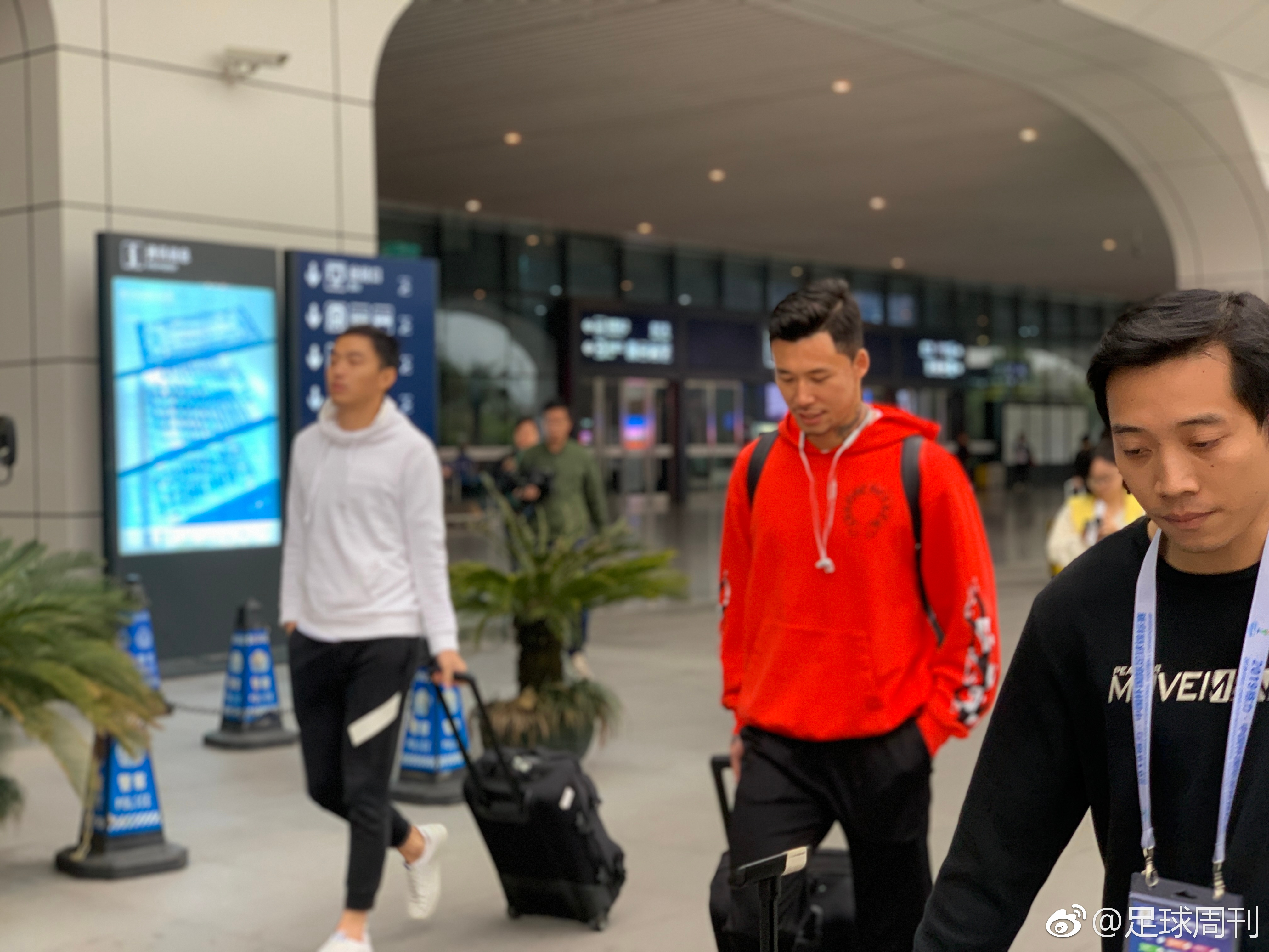 多图流:车站也来宣!冯潇霆、张琳芃抵达南宁