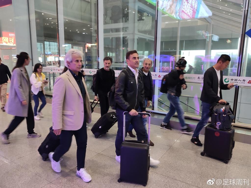 多图流:国足新帅?卡纳瓦罗携教练组抵达南宁火车站