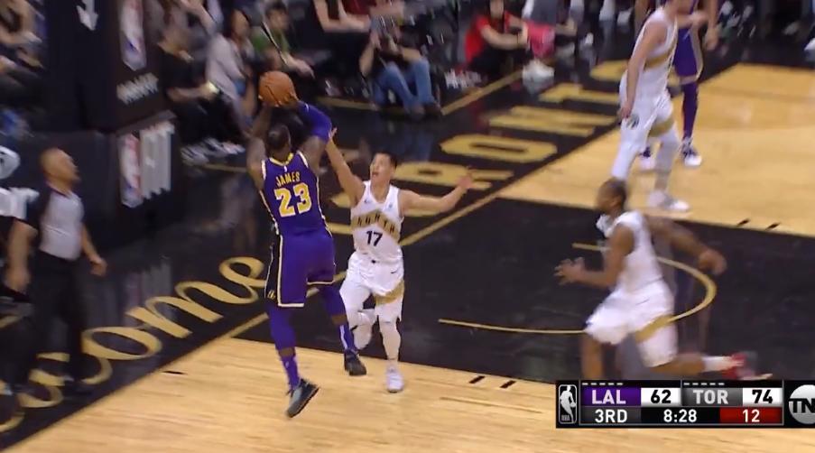 詹姆斯背打林书豪翻身后仰跳投,随后上篮2+1