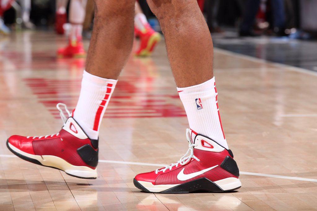 今日常规赛上脚球鞋一览:塔克上脚AC米兰配色Hyperdunk