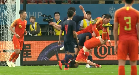 GIF:慎入!李磊争抢落点时头部着地,被换下场