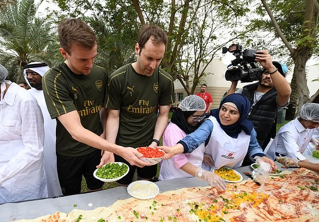 有爱!阿森纳球员为儿童制作巨型披萨