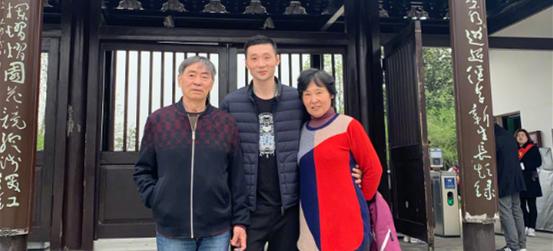 刘炜晒与父母游玩照:陪老爸老妈一起