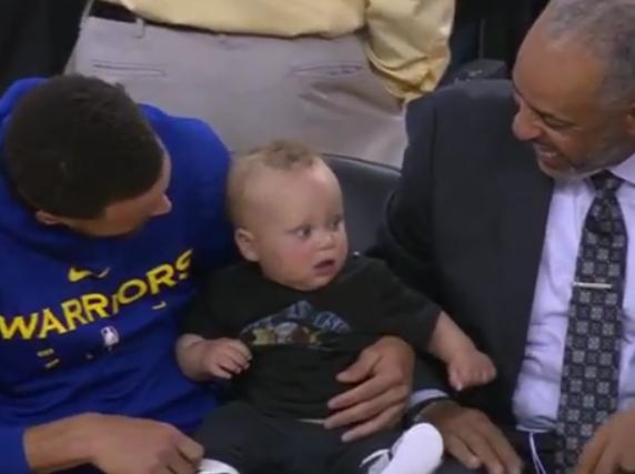 传承!库里赛前带着儿子与父亲一起坐在观众席