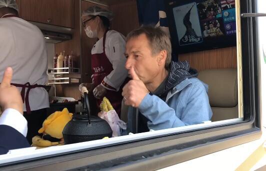 GIF:克林斯曼品尝煎饼果子,竖大拇指称赞美味