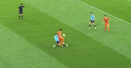 GIF:朱晓刚侧后方飞铲,马宁死球后补发黄牌