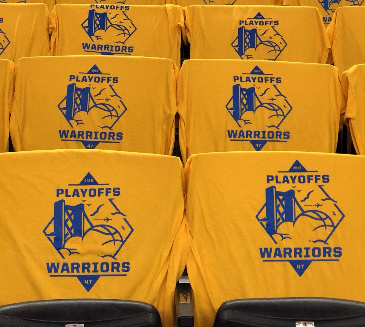 蓄势待发!勇士主场观众席已铺满季后赛纪念T恤
