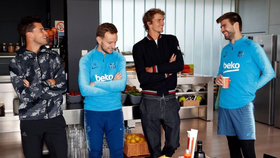 不忘副业,皮克在训练间隙与网球运动员进行交流
