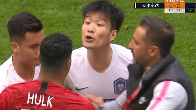 马明宇 GIF:生气!赵宏略放倒胡尔克引发口角怒喷后者