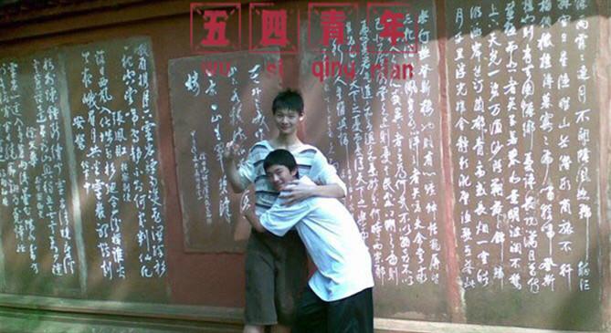 王哲林晒与陈林坚青春合照:14岁我想快长高