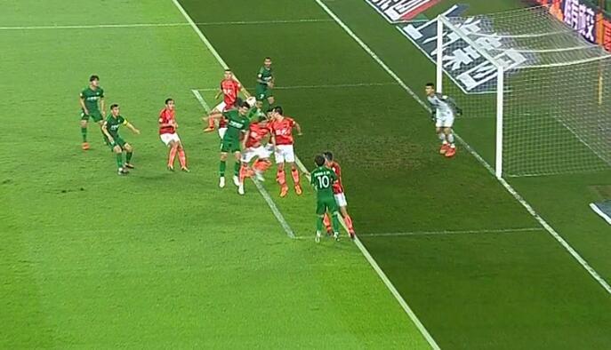 GIF:比埃拉率先破门,裁判示意越位在先进球无效