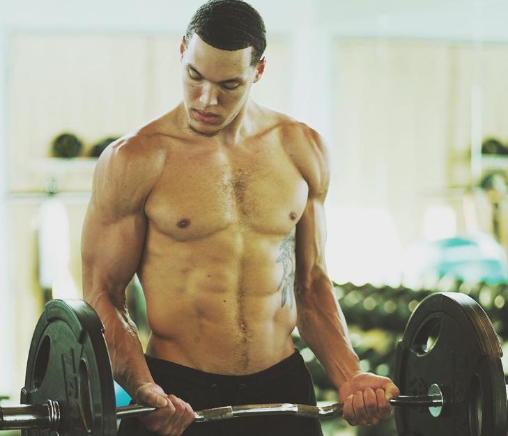 肩部肌肉打几分?阿龙-戈登展示自己的健身照