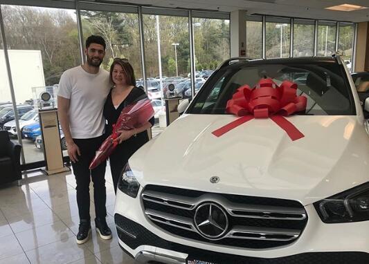 孝顺!尼昂送给母亲一辆车做为礼物