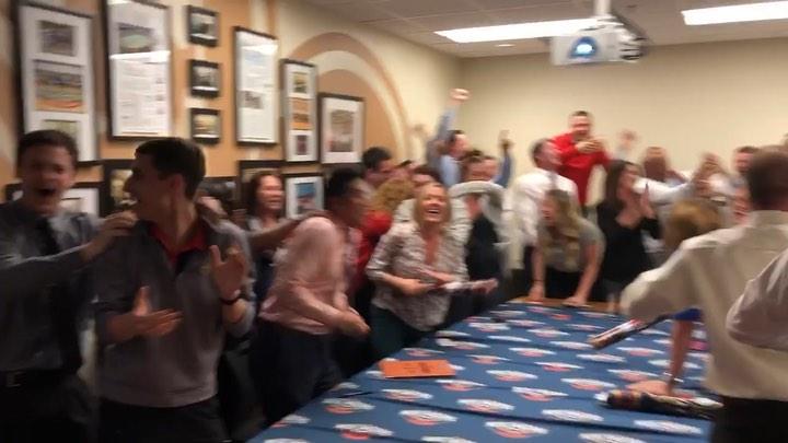 喜获状元签!鹈鹕管理层在办公室疯狂庆祝