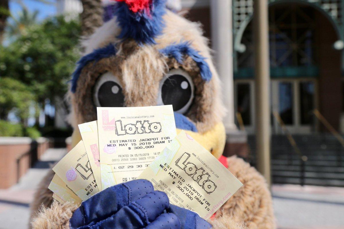 分享好运!鹈鹕吉祥物上街派发彩票传递乐透运气