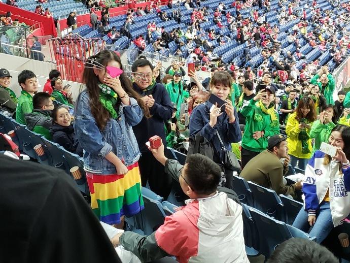 国安远征球迷中场时在看台上求婚,浦和球迷送上祝福