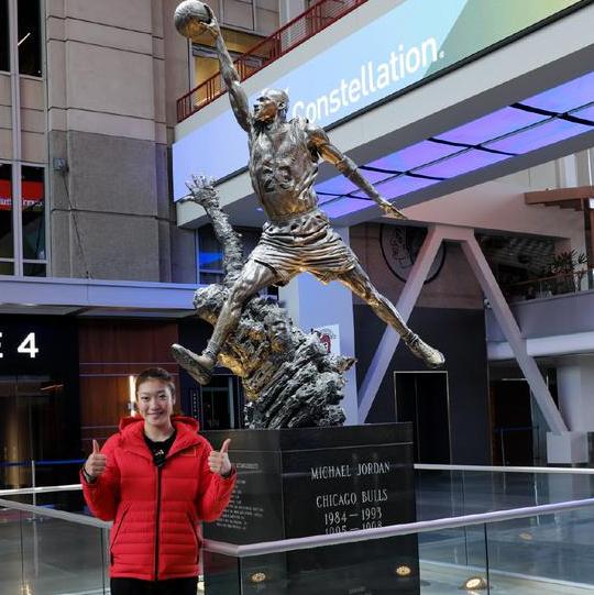 中国女篮今日启程回国,李梦晒与乔丹雕像合影