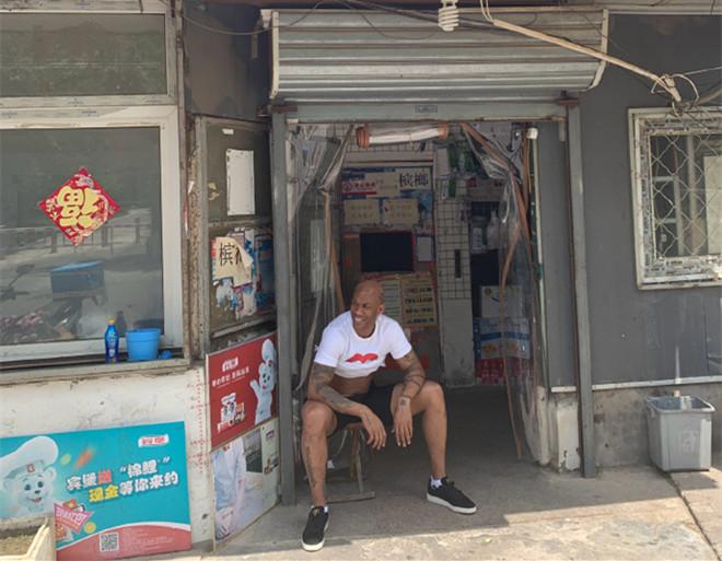 马布里撩衣纳凉感叹酷暑难耐:热死了