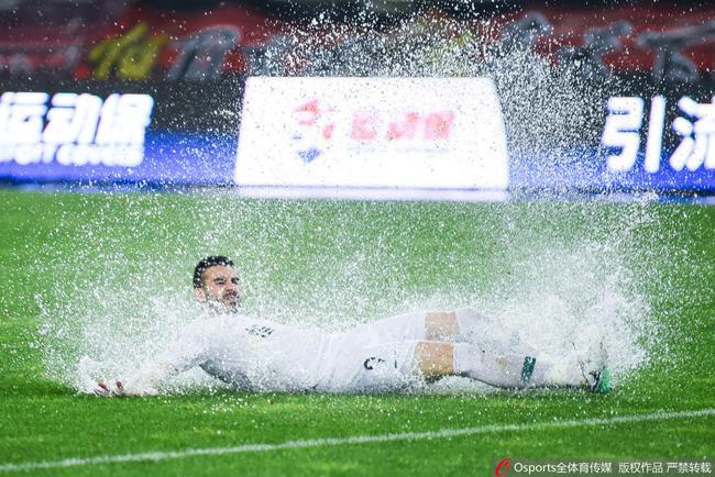 大雨倾盆比赛欢乐多:李铁吹不动头发,贵州如过泼水节