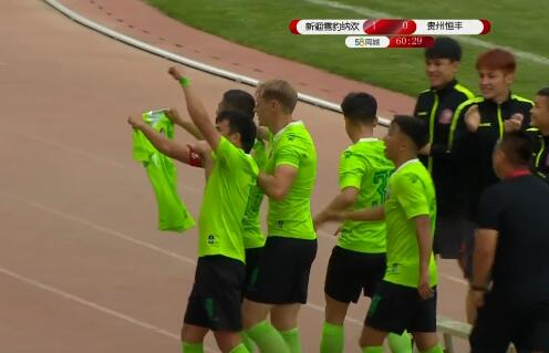 GIF:悼念故人,新疆队长破门后高举雷耶斯球衣