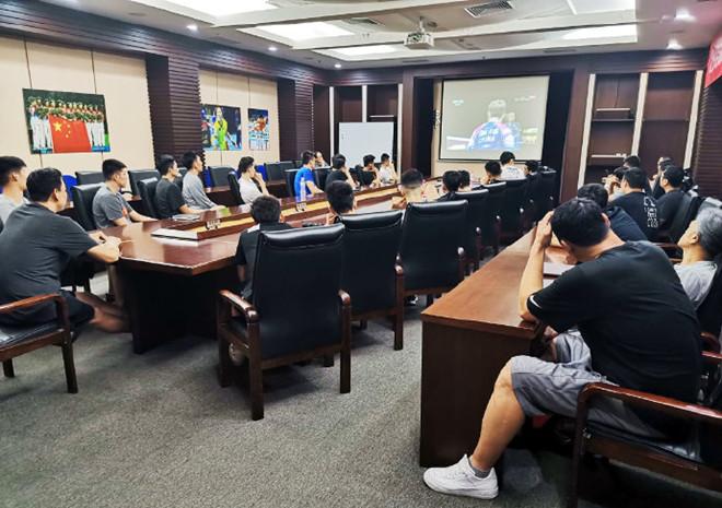 男篮集体观看中国羽毛球队夺冠录像, 学习竞赛精神
