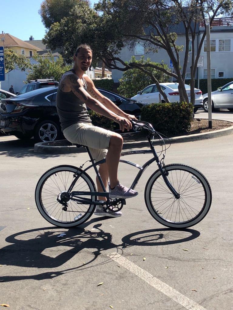 伊布也玩梗:又是在洛杉矶单车出行(倒钩进球)的一天!