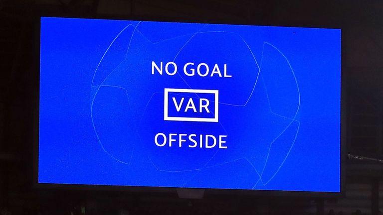 尴尬了, 曼联主场没大屏幕, 无法进行 VAR回放