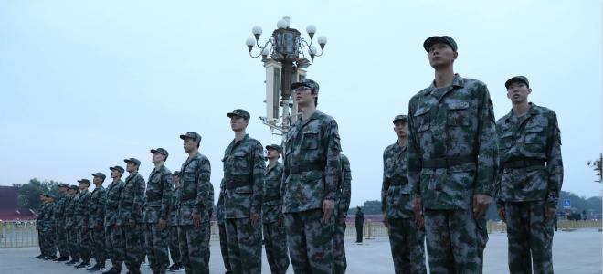开展爱国主义教育, 身着军装观看升旗仪式