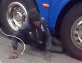 不择手段,一非法移民藏在了欧冠观赛归来的球迷大巴车底
