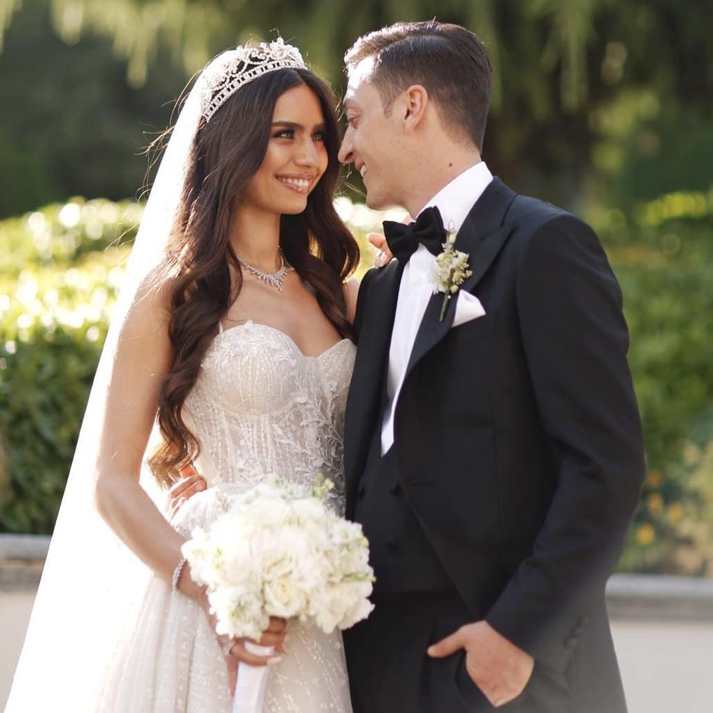 快乐!厄齐尔推特发布结婚照, 和妻子相视而笑