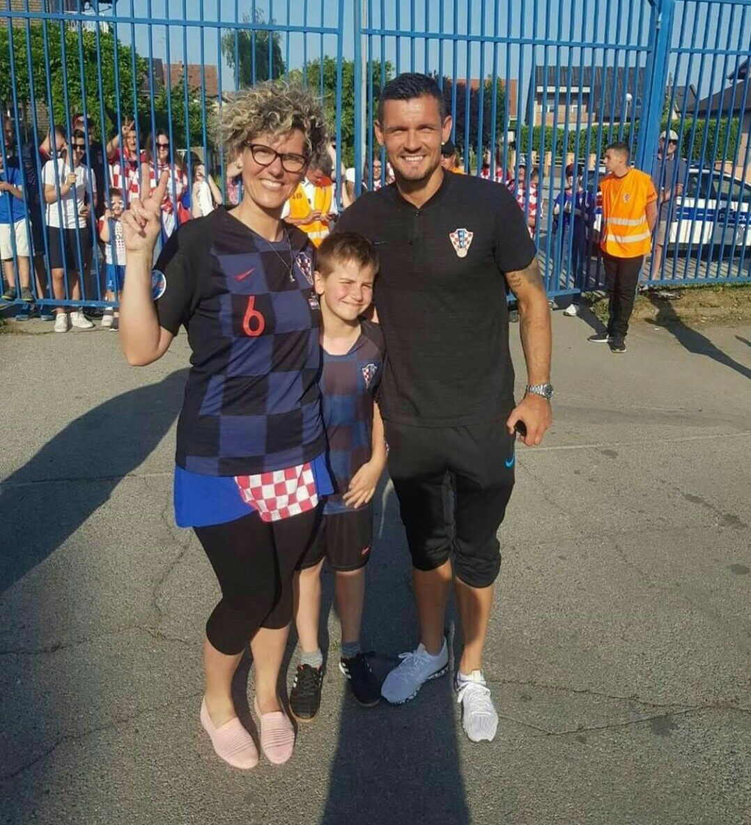 洛夫伦与球迷母子合照,发长文表达自己对球迷的感激之情