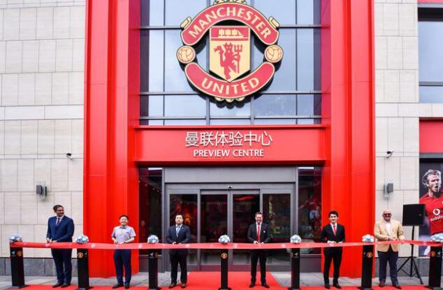 尴尬!北京新开一家曼联体验中心,但队徽上的船却开反了