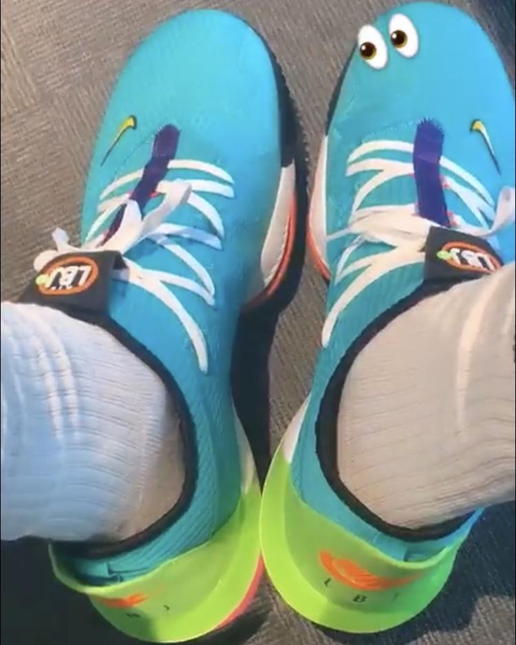 日常晒鞋!詹姆斯自拍展示球鞋上的LBJ字样