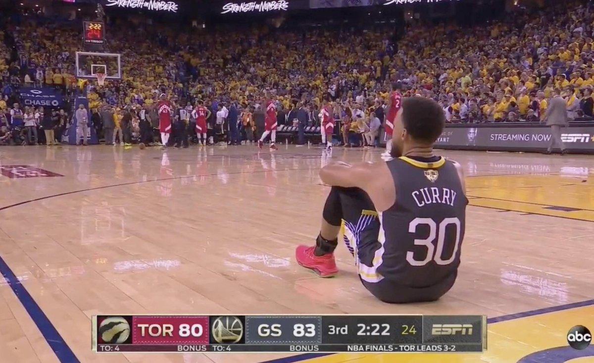 在汤普森倒地后,库里坐在球场另一端久久不愿起身