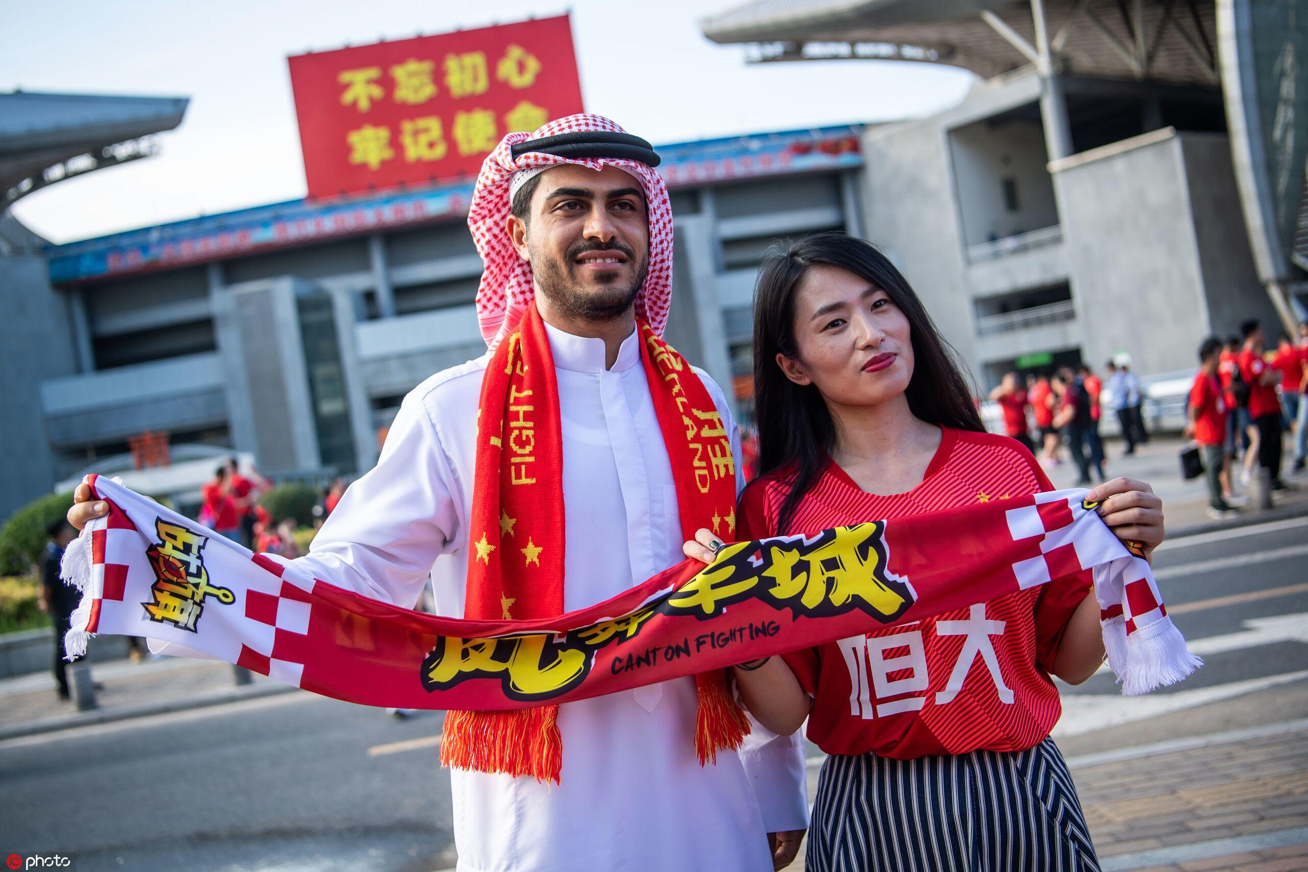 一图流:球迷满天下!阿拉伯球迷手举围巾支持恒大
