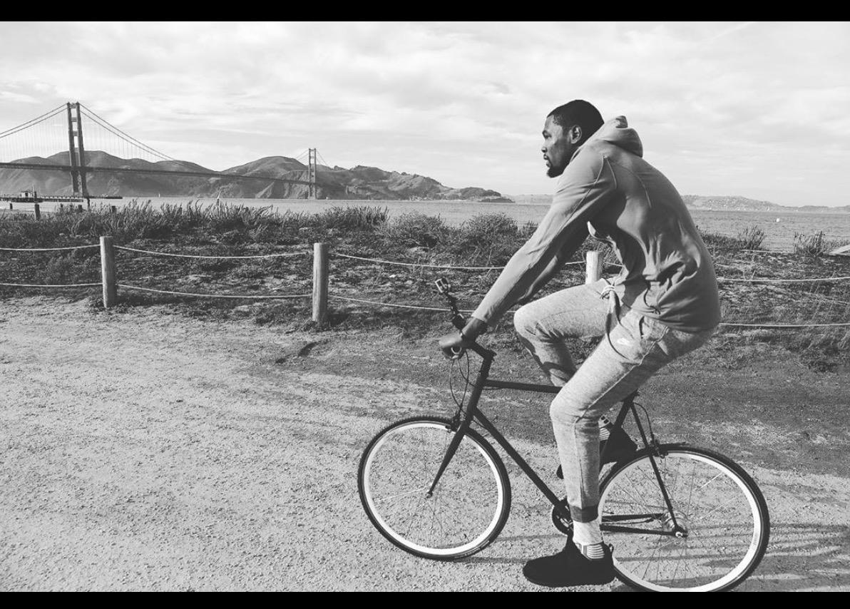 KD晒在金州大桥骑车的旧照:整个宇宙都陪在我身边