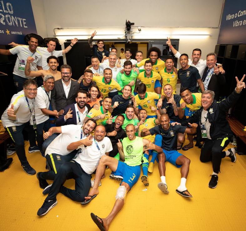 一图流:内马尔赛后来到巴西队更衣室一起庆祝胜利