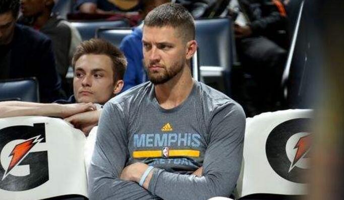 老鹰交易得到帕森斯主要为腾出阵容名额,暂无意考辛斯