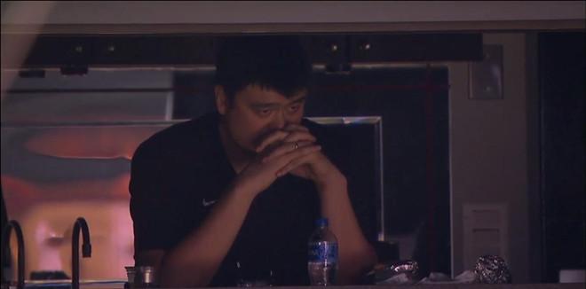 表情严肃!姚明现场观看男篮夏联首战