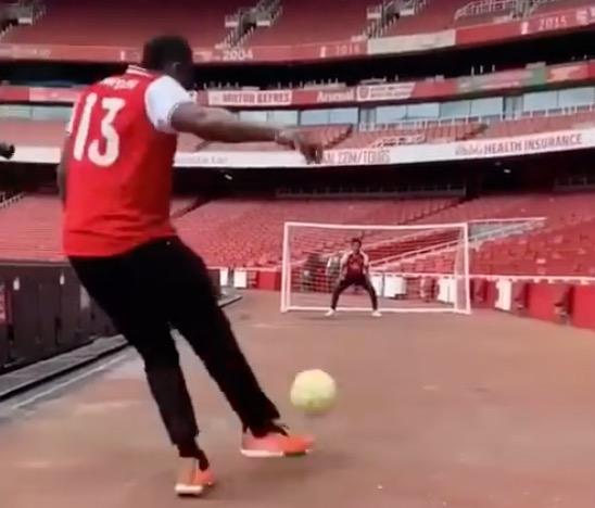 [视频]哈登造访阿森纳,一起来看看哈登足球脚法如何