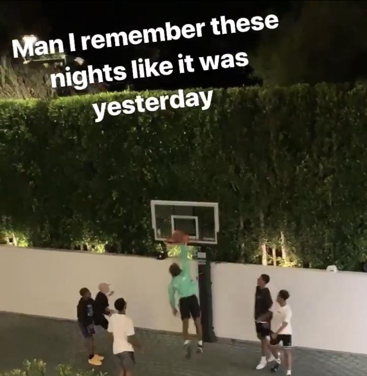 詹姆斯分享儿子和小伙伴深夜在后院打球画面:恍如昨日