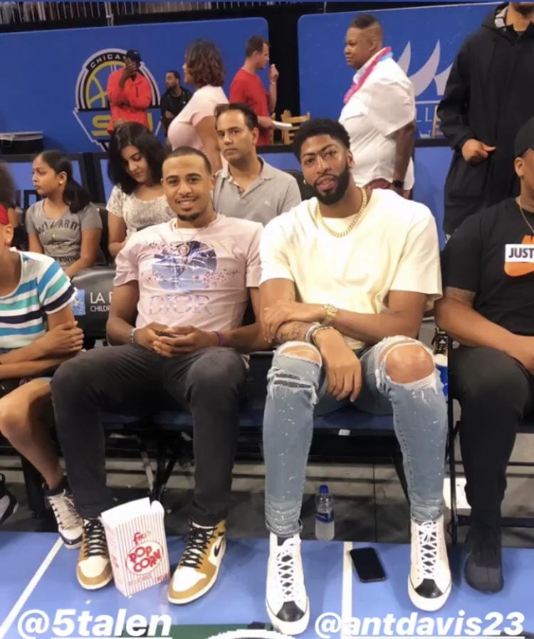 戴维斯与塔伦-霍顿-塔克一同在芝加哥观看WNBA比赛