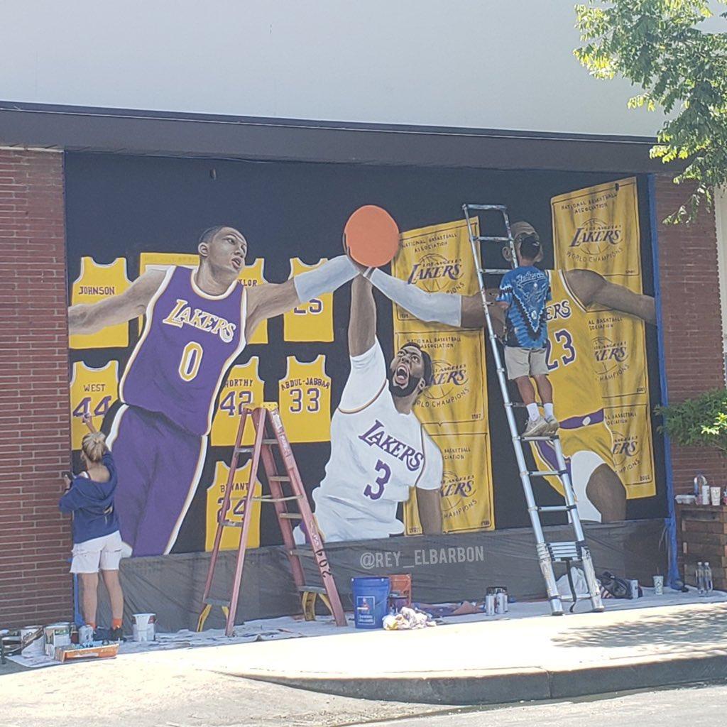 憧憬新赛季!洛城街头现库兹马、戴维斯和詹姆斯三人壁画