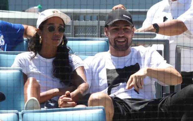 克莱-汤普森与劳拉-海瑞尔一起观看棒球比赛