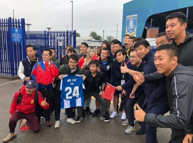 牌面!武磊與中國球迷在謝菲爾德合照,西班牙人官推曬圖