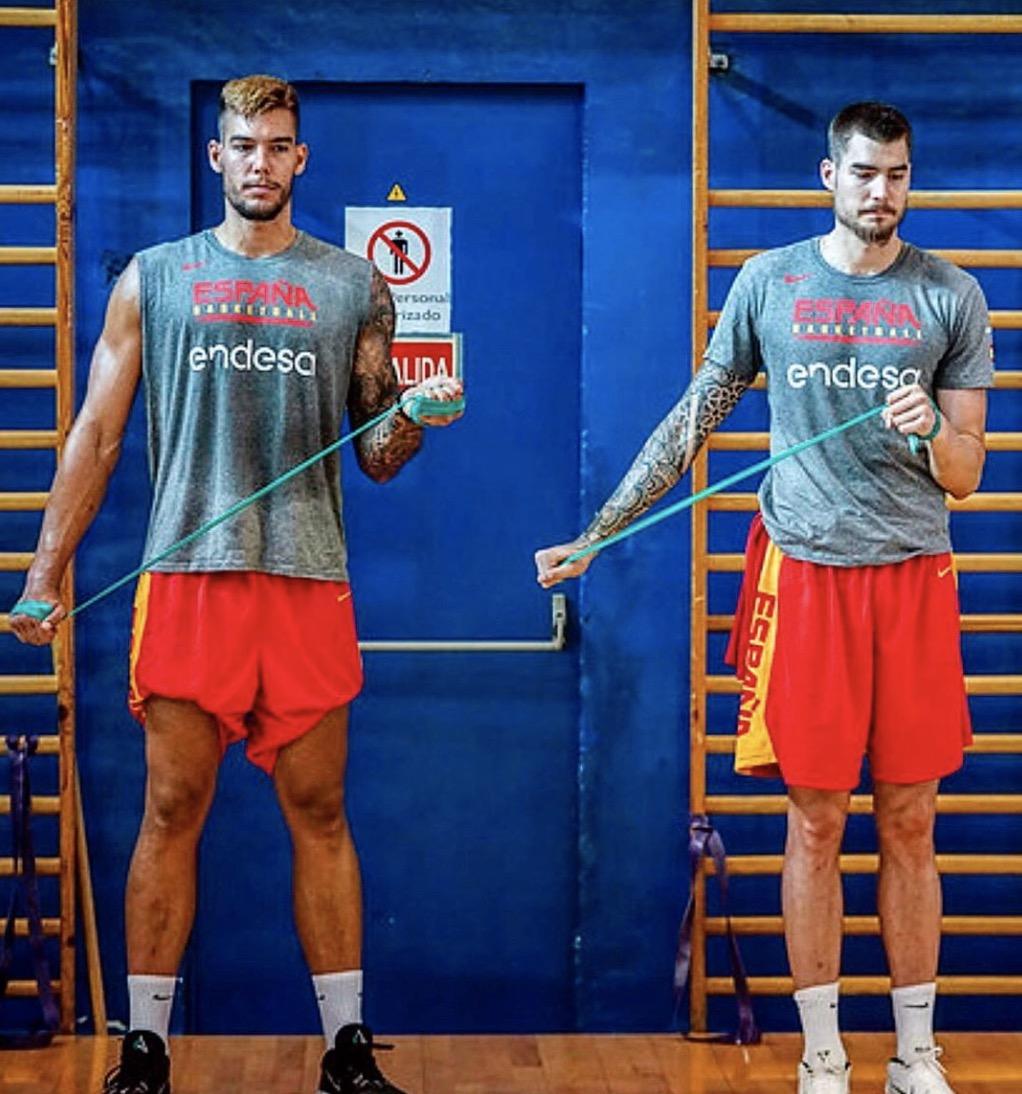 吉列尔莫-埃尔南戈麦斯晒与弟弟为西班牙男篮训练的照片