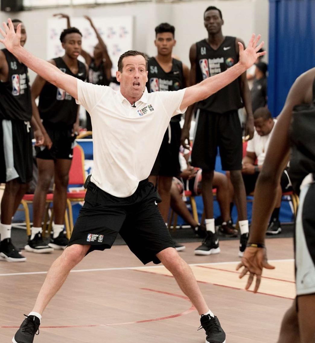 篮网官方晒主帅阿特金森参加非洲篮球无国界活动的照片